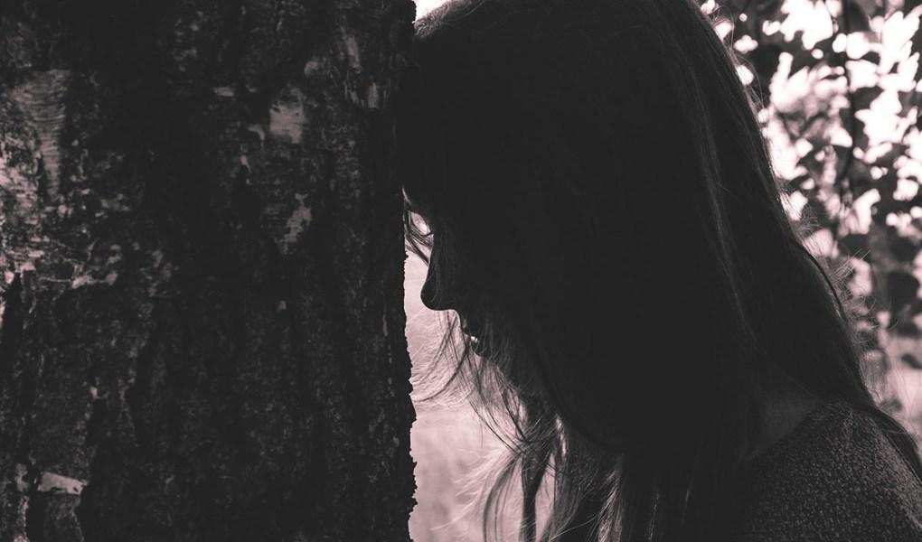 Mujer escondida del mundo. La tristeza de la mujer en la menopausia.