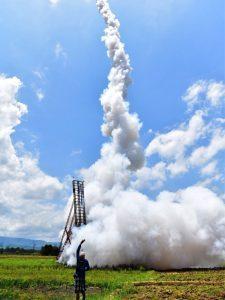 LOLEI TRAVEL-Start einer Rakete am Raketenfest