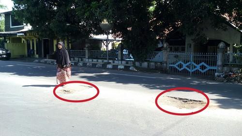 160412-Jalan Berlung di Tengah Badan Jalan Adi Sucipto Mataram