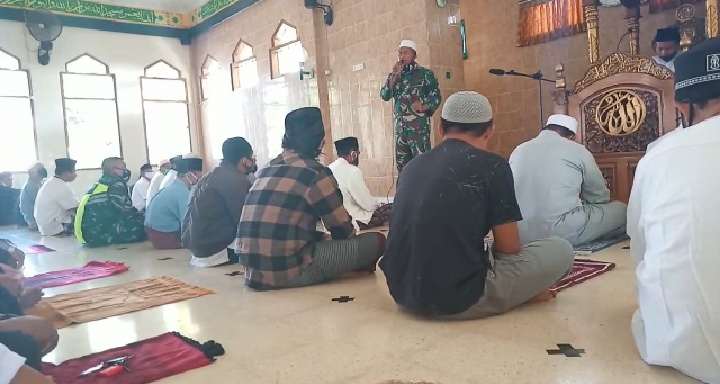 Menuju New Normal Life Dandim Loteng Himbau Jemaah Sholat Jum'at Taati Protokol Kesehatan