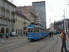 """Zagabria Ancora la Trg. Bana J. Jelacica con i tram a due assi 157 e 150 sulla linea """"11"""""""