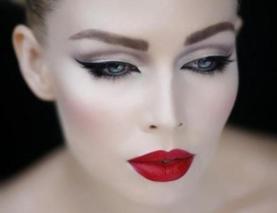 bello con cipria chiara, una linea di eyeliner nero sugli occhi molto spessa e lunga e rossetto rosso. Per un look piú delicato, usate un rossetto rosso, .