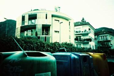 Irre ich mich, oder gleichen die Formen der Mülltonnen die der Häuser?!