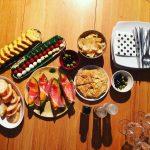 夜のワイン会、大人時間と昼間のアフタヌーンティー、ファミリータイム