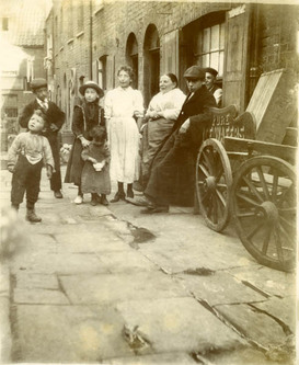 An Italian family in Saffron Hill, 1901 (Museum of London image)