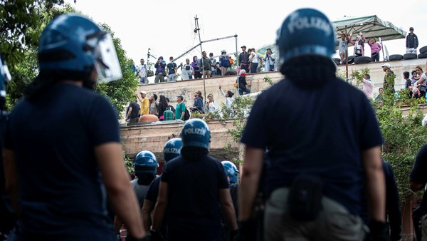 Italy have riot police to hold of migrants in Rome.