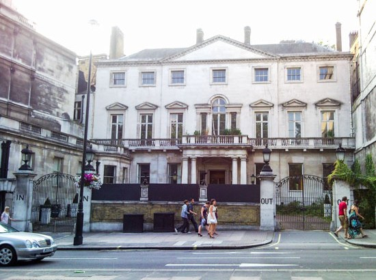Cambridge House aka The In and Out, by F. Cinquepalmi (Own work) [CC BY-SA 3.0 (http---creativecommons.org-licenses-by-sa-3.0)], via Wikimedia Commons