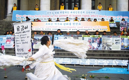 "Students and civic activists on an ""Expedition for Peace on the Korean Peninsula"" perform in Brussels on Tuesday afternoon to protest against an international conference on North Korean human rights there. (Photo: Chosun Ilbo)"