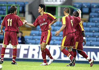 Seol Ki-hyeon celebrates his goal for Reading against Milwall, July 2006