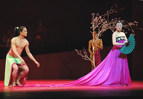 Liang Zhao as Lee Monglyong and Eun Me Ahn as Chunhyang (from ballet.co.uk)