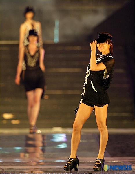 Bada's athletic legs at the Hallyu Star Festival