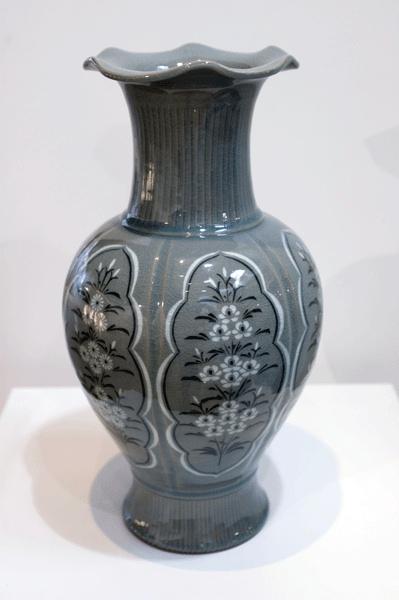 U Chi Son Chrysanthemum vase