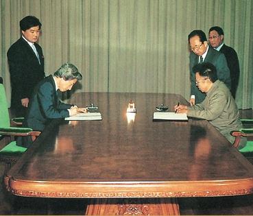 Kim Jong-il and Junichiro Koizumi sign the DPRK-Japan Pyongyang Declaration