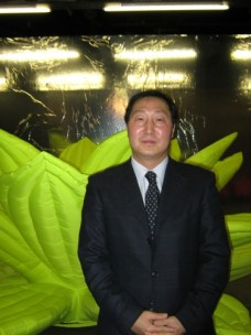 Choi Kyuhak, KCC director, in front of one of Choi Jeong-hwa's inflating lotus flowers