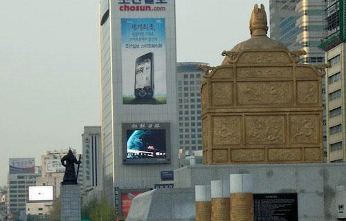 Korea's heroes watch the commercials