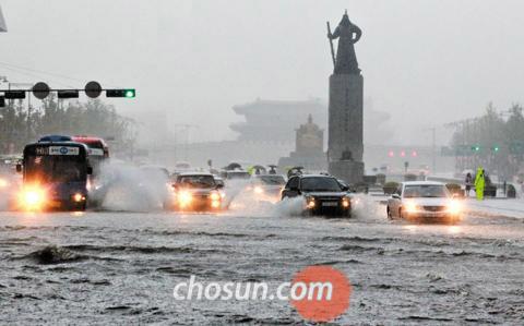 Flash floods in Ghwanghwamun during Chuseok deluge