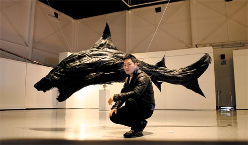 Ji Yong-ho with one of his tyre sculptures