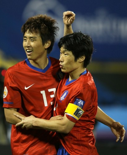 Koo Ja-Cheol (L) celebrates with veteran Park Ji-Sung after scoring against Bahrain