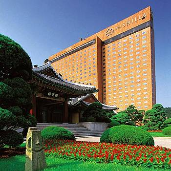 The Shilla Hotel in Seoul. Note the traditional building in its grounds, curiously at odds with its dress policy