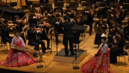 Ju Jo-ok (Kayagum) and Ha Nam-un (sohaegum) play Vinalon Extending 3000-ri, conducted by Ju Yun-pom