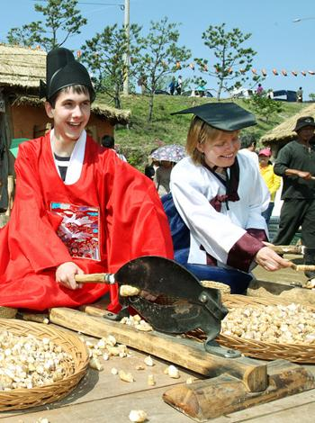 Visitors have fun at the annual Mt. Jiri Herb Festival in Sancheong. Photo: Chosun Ilbo