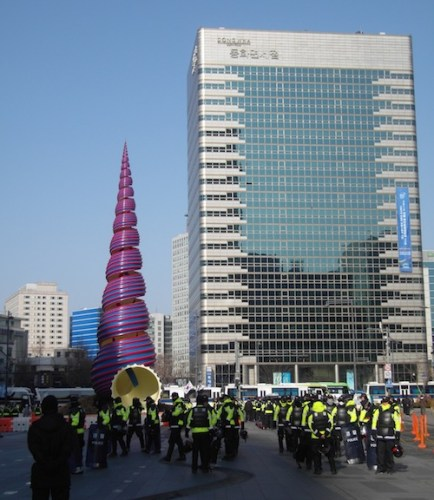 Riot police start gathering in Cheonggye Plaza
