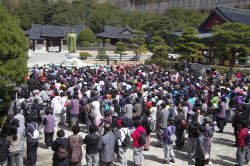 Visitors wait for the Seong Cheol centeneray celebrations to start