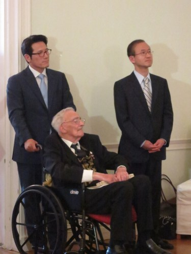 Culture Choung Byoung-gug (left), Ambassador Lim Sung-nam with war veteran David Kamsler