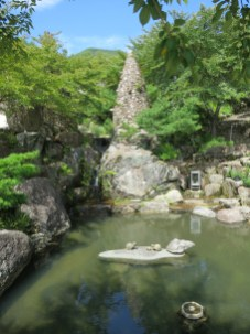 The small pond near the statue of Mago