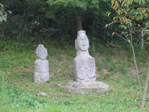 Two of the many statues at Unjusa
