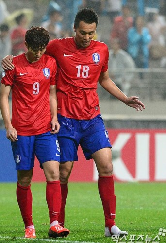 The 6 ft 5 in Kim Shin-wook (right) with Son Heung-min