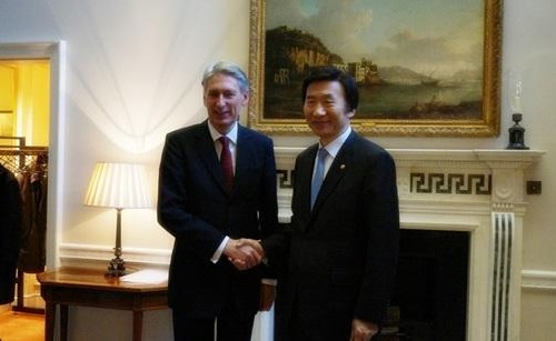 Foreign Ministers Philip Hammond and Yun Byung-se