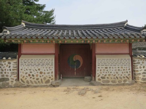 The entrance to the Cheongryangdang shrine