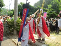The procession back up the hill after the Siryeon (시련)
