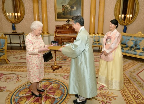 HE Ambassador Hwang Joonkook presents his credentials to HM The Queen