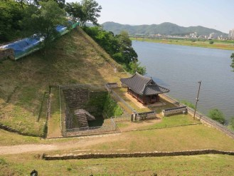Walking Gongsanseong walls: descending to the Manharu pavilion