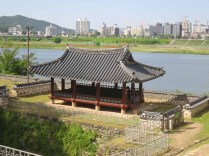 Walking Gongsanseong walls: the Manharu pavilion