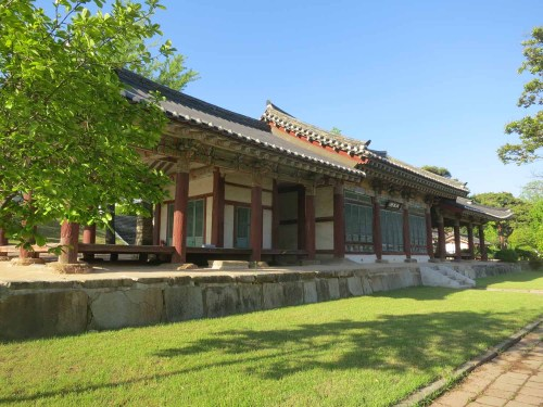 The fine traditional-style building on the edge of the Gwanbuk-ri archaeological site