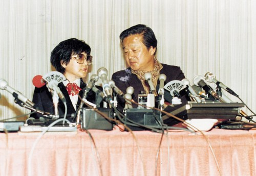 Film director Shin Sang-ok and actress Choi Eun-hee hold a press conference upon their escape from North Korea to the United States in 1986. / Korea Times file