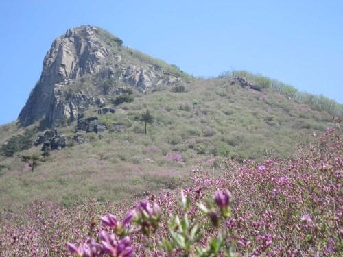 Distant hikers approaching the peak of Hwangmaesan