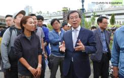 Seoul Mayor Park Won-soon talks with Hwang Jihae in front of the installation {photo: Jo Seong-hee)