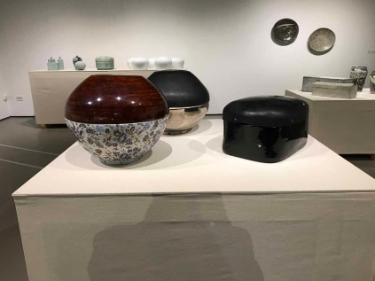 Lee Hunchung: stoneware lidded containers with ottchil and mother-of-pearl