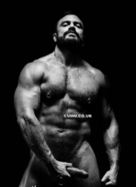 muscle daddy posing and wanking