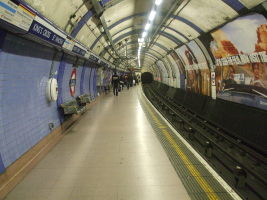 Kings_Cross_St_Pancras_stn_Piccadilly_northbound_look_south