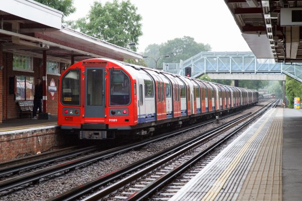 London_Underground_1992_Stock_at_Theydon_Bois_by_tompagenet