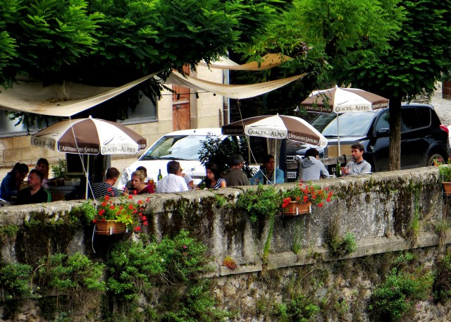 Lunching alongside the Lot river, Estaing