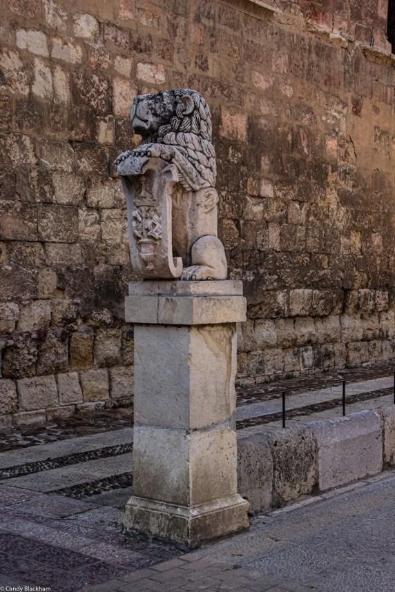 A statue besides Nossa Senora del Mercado