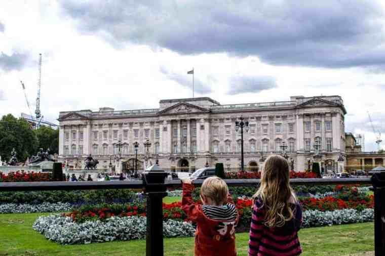 bambini osservano il cambio della guardia a Londra