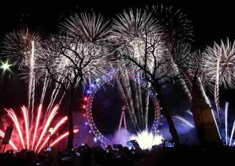 had-to-be-the-best-new-years-eve-2016-fireworks-display-in-the-city-of-london-uk-photo-taken-from-of_t20_nm7zag