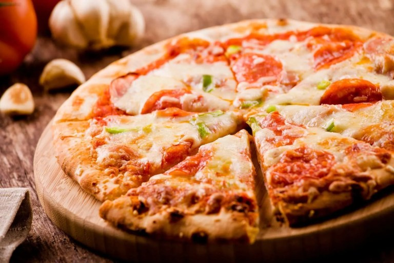 21010370_slices-of-a-peperoni-pizza